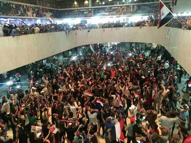 В Багдаде тысячи сторонников радикального имама ворвались в здание парламента